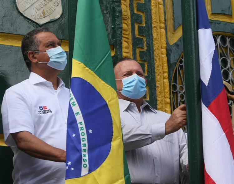 Presidente da Assembleia Legislativa da Bahia astiou bandeira do estado em ato simbólico | Foto: Ascom/Gabinete da Presidência - Foto: Ascom/Gabinete da Presidência