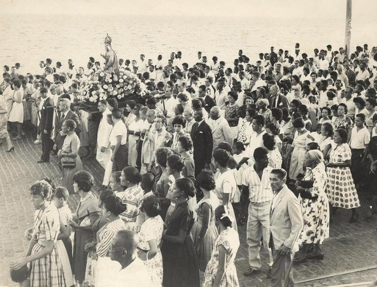 Procissão em 1961: fiéis carregam andor pelas ruas do Rio Vermelho | Foto: Cedoc A TARDE | 6.2.1961