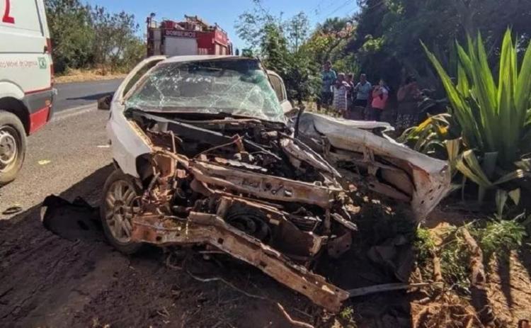 As duas vítimas estavam no carro menor, que colidiu com uma caminhonete | Foto: Reprodução | Blog do Braga - Foto: Reprodução | Blog do Braga