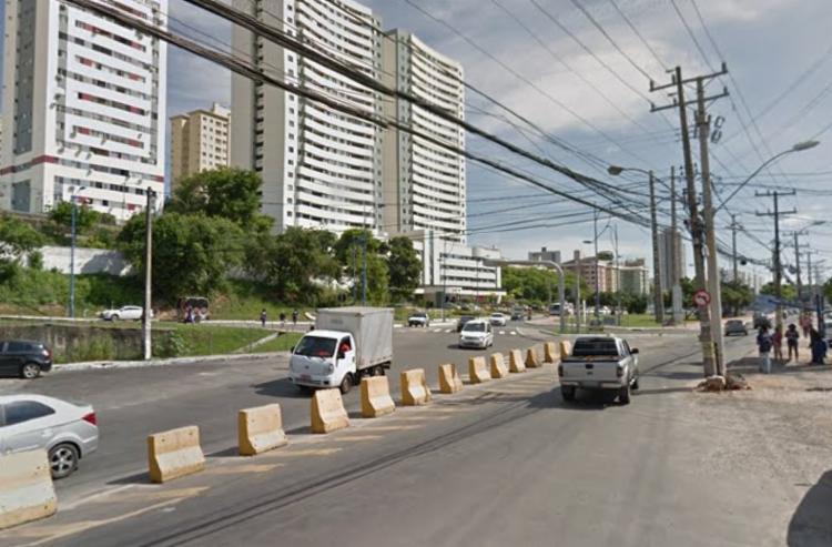Uma equipe da Transalvador foi até o local para organizar o fluxo na via e fazer a remoção do carro. Foto: Reprodução | Google Street View - Foto: Reprodução | Google Street View