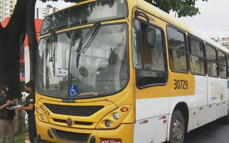 O cobrador do ônibus também foi baleado na perna, e socorrido para o Hospital Geral do Estado (HGE) - Foto: Reprodução | TV Bahia