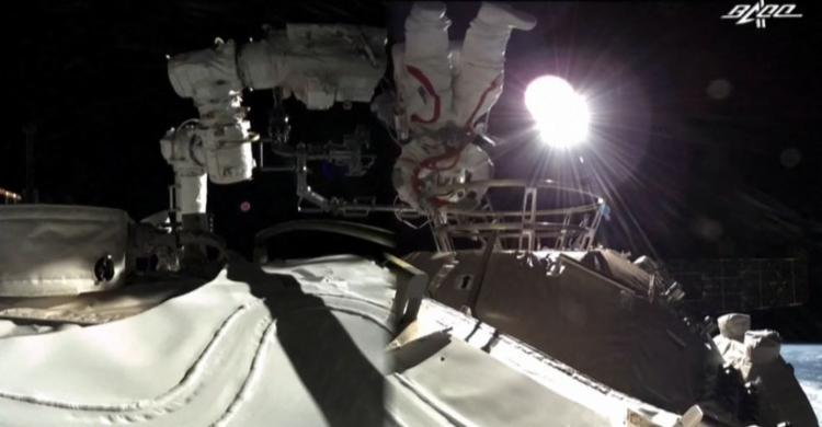 Dois astronautas chineses completaram a primeira caminhada espacial fora da nova estação - Foto: afp