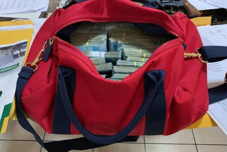 Bolsa foi encontrada em endereço ligado ao delegado Eguchi (Patriota), suspeito de vazar informações sobre investigação anterior   Foto: Polícia Federal - Foto: Polícia Federal