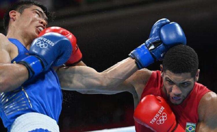 Boxeador baiano venceu o chinês Erbieke Tuoheta | Foto: AFP - Foto: AFP