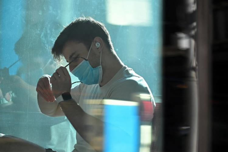 Após a quarentena, a pessoa terá que fazer um novo teste, que, se der positivo, prorrogará o isolamento por sete dias | Foto: Steven Saphore | AFP - Foto: Steven Saphore | AFP