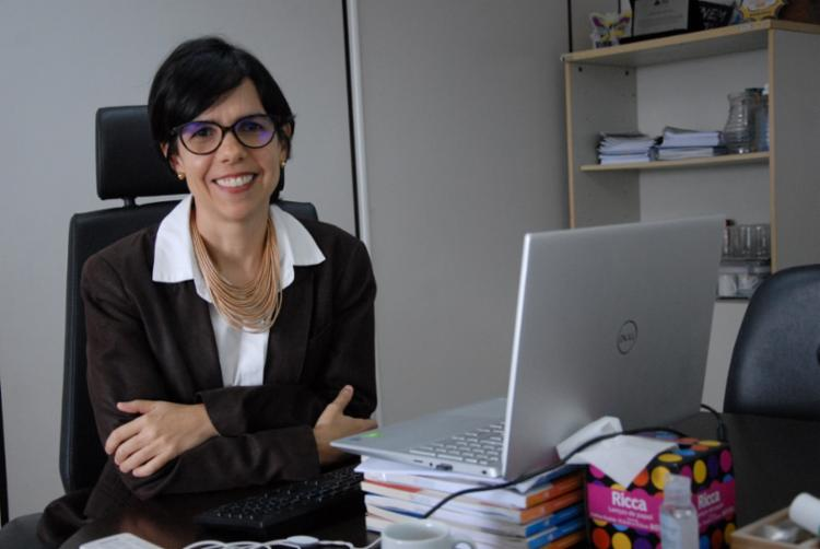 A superintendente de Políticas para a Educação Básica, Manuelita Brito, explica que o material didático sugerido faz parte de uma série de recursos educacionais elaborados pela SEC. - Foto: SEC/Divulgação