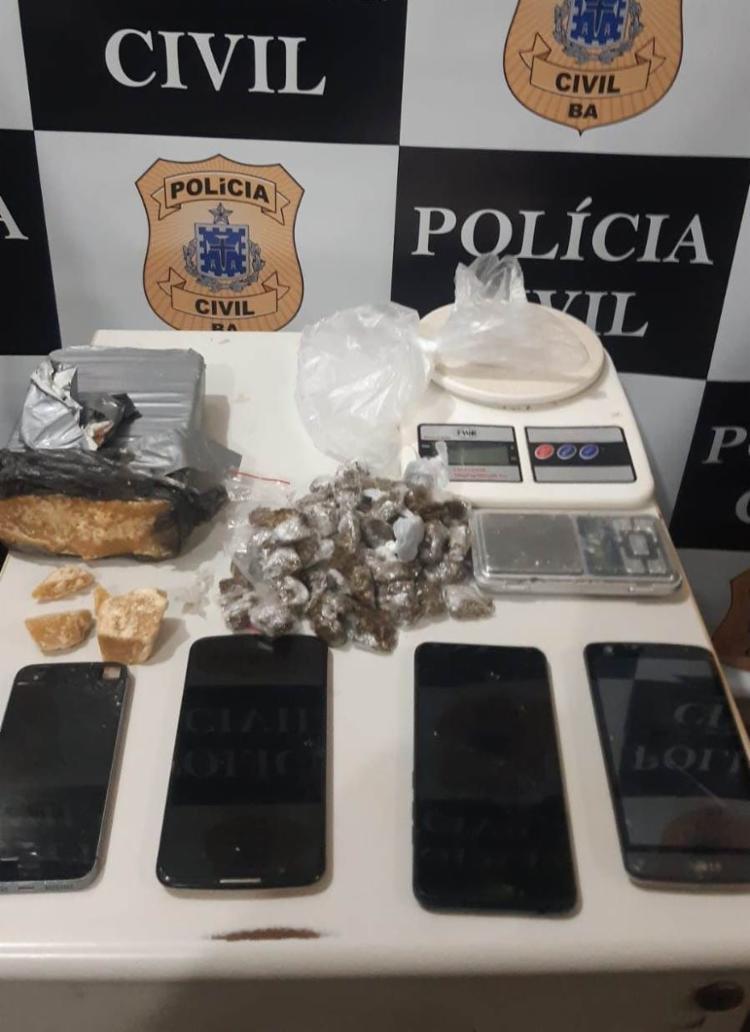 Crack, maconha, balanças, celulares e pinos vazios para acondicionar cocaína foram apreendidos | Foto: Divulgação | Ascom PC - Foto: Divulgação | Ascom PC