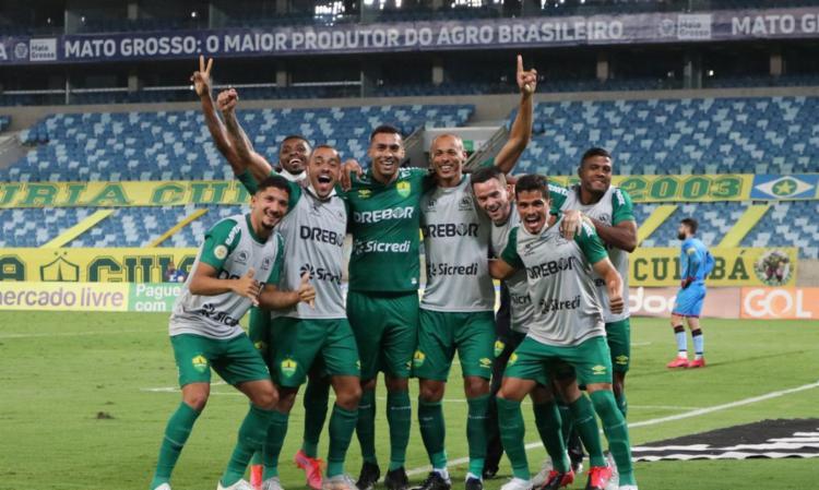 Na Arena Pantanal, Dourado triunfou por 2 a 1 com gols de Elton e Pepê | Foto: Divulgação | AssCom Dourado - Foto: Divulgação | AssCom Dourado