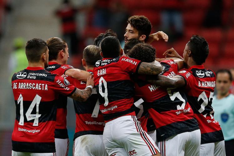 Jogadores do Flamengo comemoram goleada de 4 a 1 em cima do Defensa y Justicia, no Mané Garrincha, e vaga nas quartas   Foto: Adriano Machado   AFP - Foto: Adriano Machado   AFP