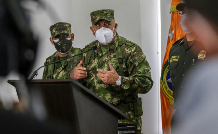 O general Jorge Luis Vargas, diretor da polícia colombiana, fala em coletiva de imprensa da participação de ex-militares do seu país no atentado - Foto: Juan Pablo Pino / AFP