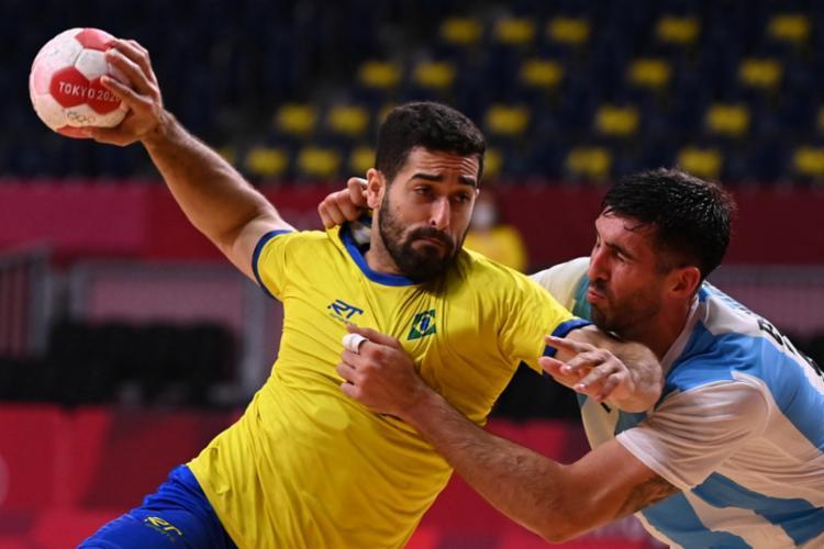 O Brasil chegou a abrir dez pontos de vantagem, mas venceu por 25 a 23 | Foto: Martin Bernetti | AFP - Foto: Martin Bernetti | AFP