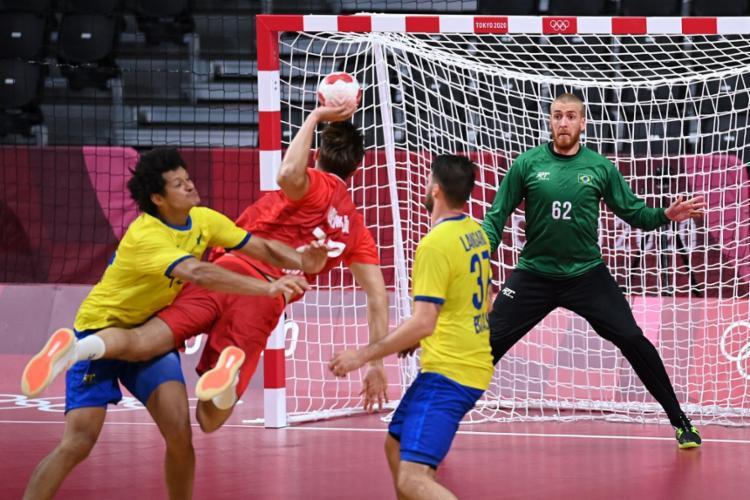 O jogo começou disputado, mas, no fim, a seleção foi derrotada por 27 a 24 | Foto: Daniel Leal-Olivas | AFP - Foto: Daniel Leal-Olivas | AFP