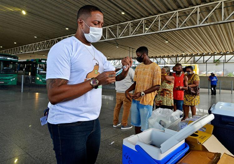 Na quarta-feira, 21, no posto montado na estação Pirajá, também ocorreu a distribuição de aproximadamente 3 mil máscaras   Foto: Shirley Stolze   Ag. A TARDE - Foto: Shirley Stolze   Ag. A TARDE