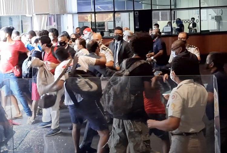 Momento em que Vitor Aicau teria agredido policial | Foto: Divulgação | Secom