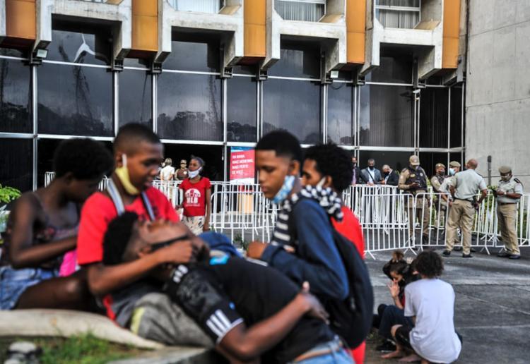 Manifestação conta com aproximadamente 100 pessoas | Foto: Felipe Iruatã | Ag. A TARDE - Foto: Felipe Iruatã | Ag. A TARDE