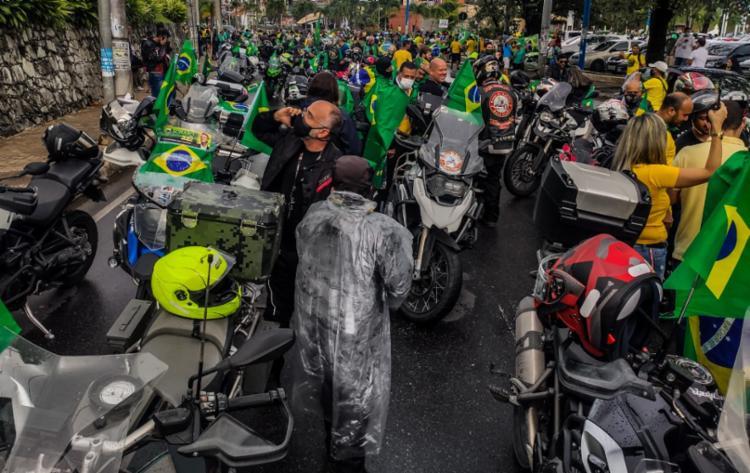 Manifestantes pró governo se concentraram em frente a Fonte Nova   Foto: Felipe Iruatã   Ag. A TARDE - Foto: Felipe Iruatã   Ag. A TARDE