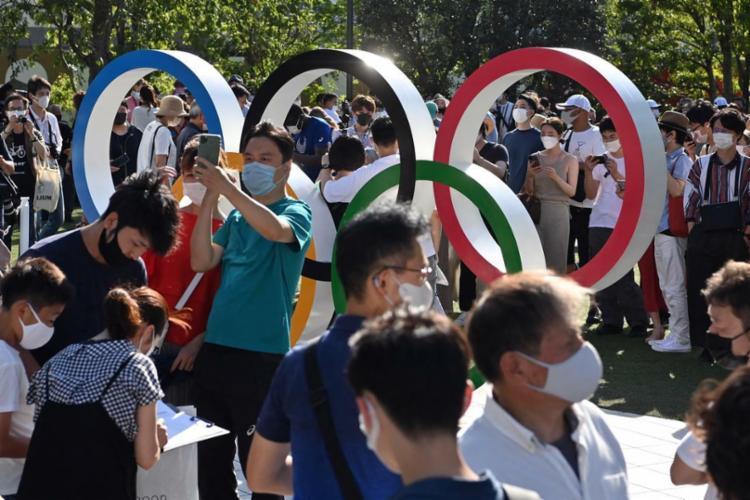 Multidão se aglomerou em torno do Museu Olímpico, próximo ao estádio reformado - Foto: AFP