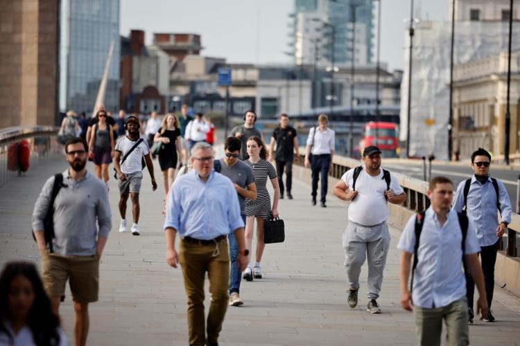 Imagem de Londres nesta segunda-feira, onde o uso de máscaras não é mais obrigatório   Foto: Tolga Akmen   AFP - Foto: Tolga Akmen   AFP