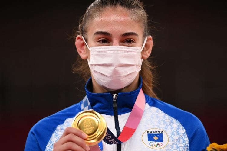 Antes da mudança da orientação, a medalhista de ouro no judô, Nora Gjakova, subiu ao pódio de máscara
