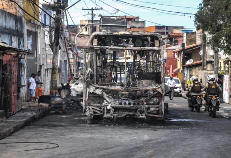 Parte do bairro está sem energia, telefone e internet após as chamas do ônibus atingirem a fiação da região   Foto: Felipe Iruatã   Ag. A TARDE - Foto: Felipe Iruatã   Ag. A TARDE