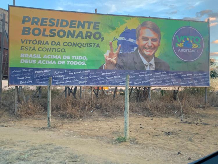 Apoiadores de Bolsonaro espalharam outdoors pela cidade, mas peças sofreram depredação | Foto: Reprodução / Twitter - Foto: Reprodução / Twitter