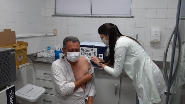 Governador foi vacinado na Unidade da Saúde da Família no bairro da Federação | Foto: Eudes Benício | GOV BA - Foto: Eudes Benício | GOV BA