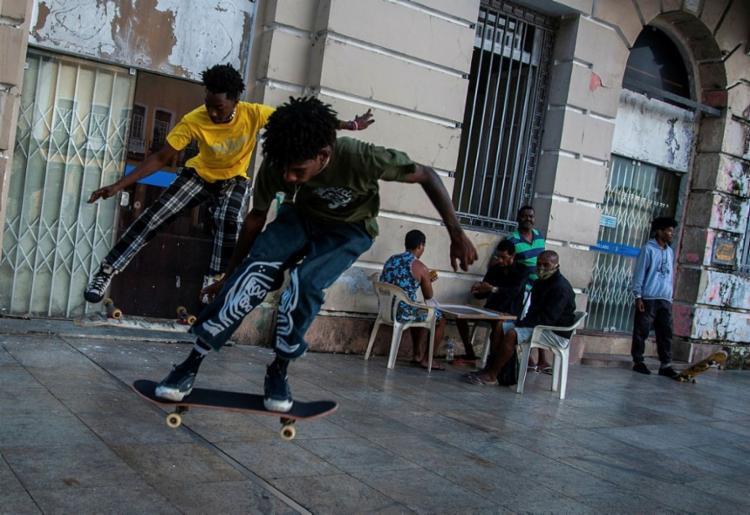 Ruan e Wellington na Praça da Sé: hobby e honra   Foto: Felipe Iruatã   Ag. A TARDE