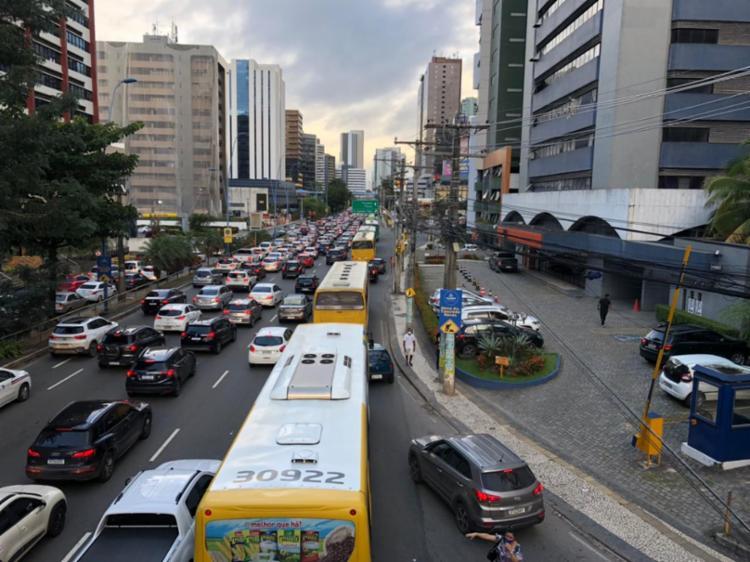 Na avenida Tancredo Neves, o tráfego de veículos está com lentidão desde o início da tarde   Foto: Nelson Luis   Ag. A TARDE - Foto: Nelson Luis   Ag. A TARDE