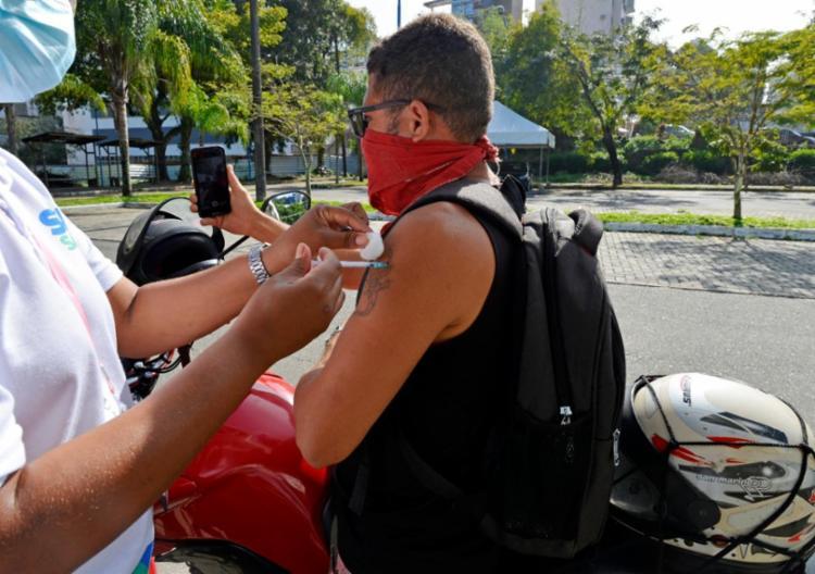 Imunização avança para nova faixa etária na capital, que também aplica segunda dose nesta quinta | Foto: Shirley Stolze / Ag A Tarde - Foto: Shirley Stolze / Ag A Tarde