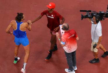 Atletas decidem dividir o ouro no salto em altura após empate e comemoram com abraço | Reprodução I Twitter