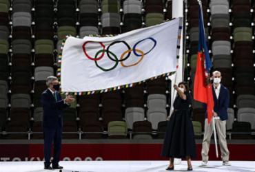 Prefeita de Paris, Anne Hidalgo, recebe a bandeira olímpica |
