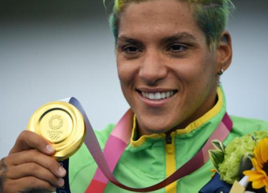 """""""Sonhava muito com uma medalha olímpica"""", diz Ana Marcela após conquistar o ouro   Olli Scarf   AFP"""