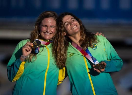 Martine Grael e Kahena Kunze conquistam a medalha de ouro na vela | AFP