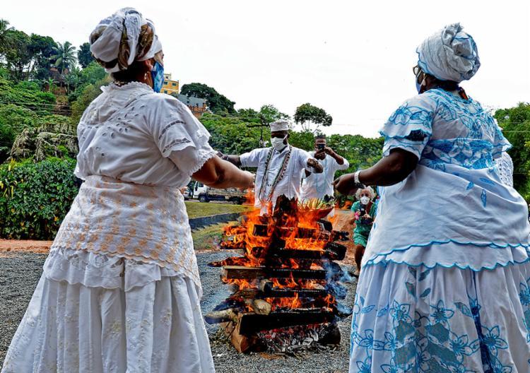A beleza da fé de um ritual na Pedra de Xangô, captada pelo clique de Shirley Stolze
