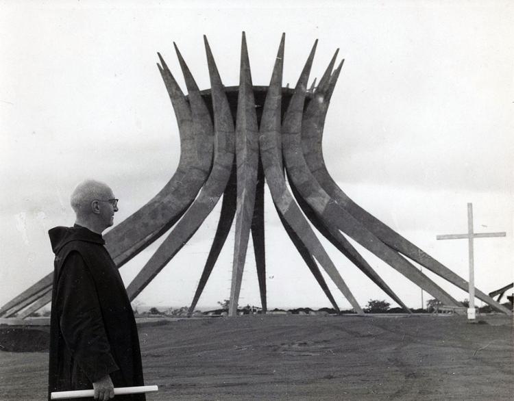 Irmão Paulo diante da obra cujo interior projetou | Foto: Cedoc A TARDE