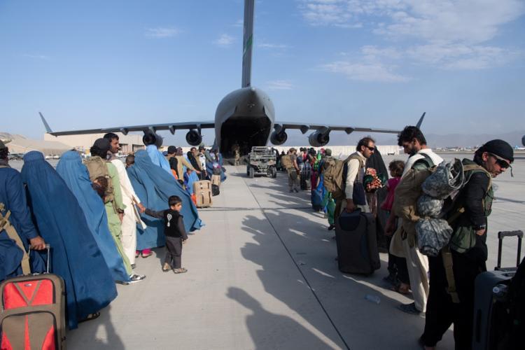 Quase 90.000 afegãos e estrangeiros foram retirados do país desde que o Talibã retomou o poder   Foto: Donald R. Allen   US AIR FORCE   AFP - Foto: Donald R. Allen   US AIR FORCE   AFP