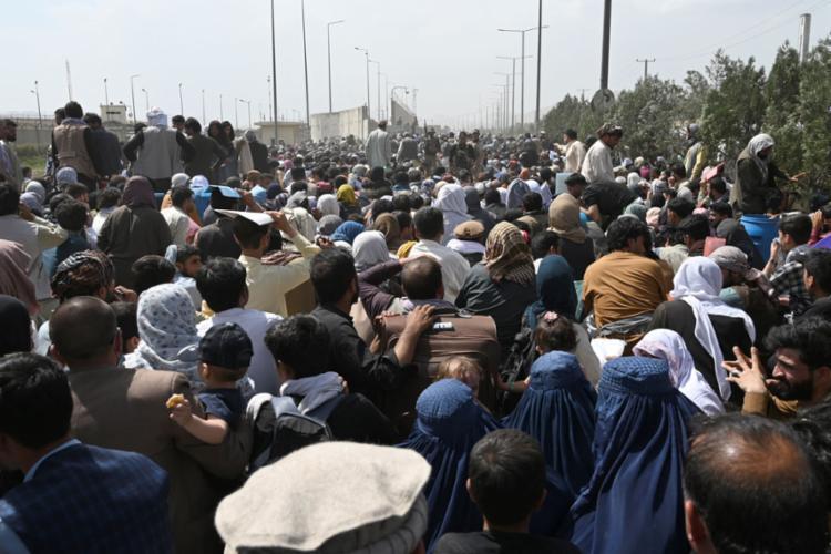 Milhares de afegãos estão dispostos a tudo para fugir do novo regime talibã - Foto: WAKIL KOHSAR / AFP