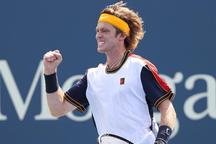 O russo, sétimo do mundo, venceu por 6-3, 7-6 (7/3) e 6-3 | Foto: Al Bello | Getty Images via AFP - Foto: Al Bello | Getty Images via AFP