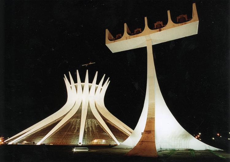 Catedral de Brasília impressiona pelo aspecto moderno | Foto: Arquivo A TARDE | 26.8.1991 - Foto: Arquivo A TARDE | 26.8.1991