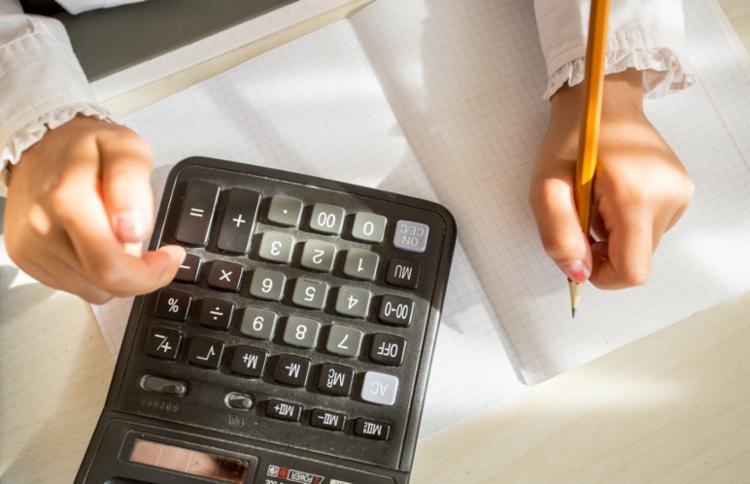 Confira dicas de como apresentar e ensinar sobre o dinheiro para os pequenos. - Foto: Divulgação