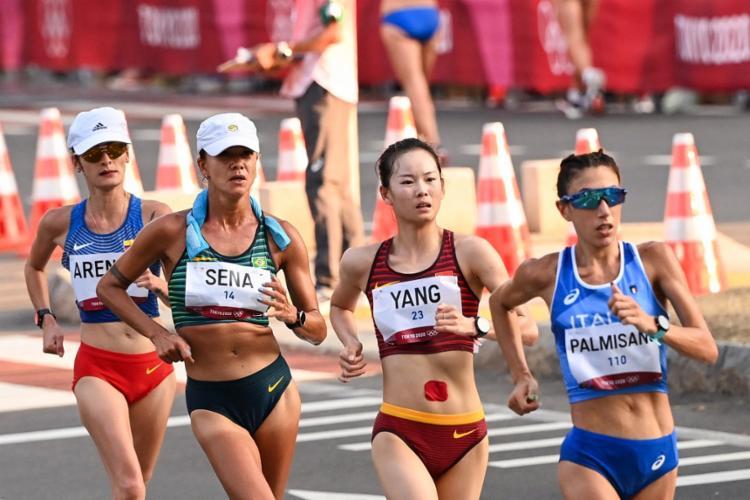 Ela estava na terceira colocação mas teve que ficar parada durante 2 minutos ao receber a terceira advertência   Foto: Olli Scarf   AFP - Foto: Olli Scarf   AFP