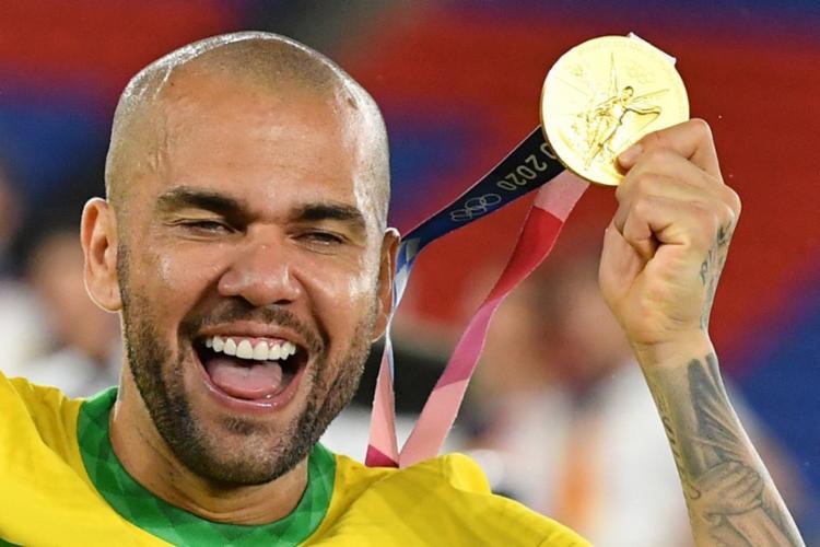 Com 43 títulos na carreira, Daniel Alves é o maior vencedor do futebol mundial   Foto: Tiziana Fabi   AFP - Foto: Tiziana Fabi   AFP