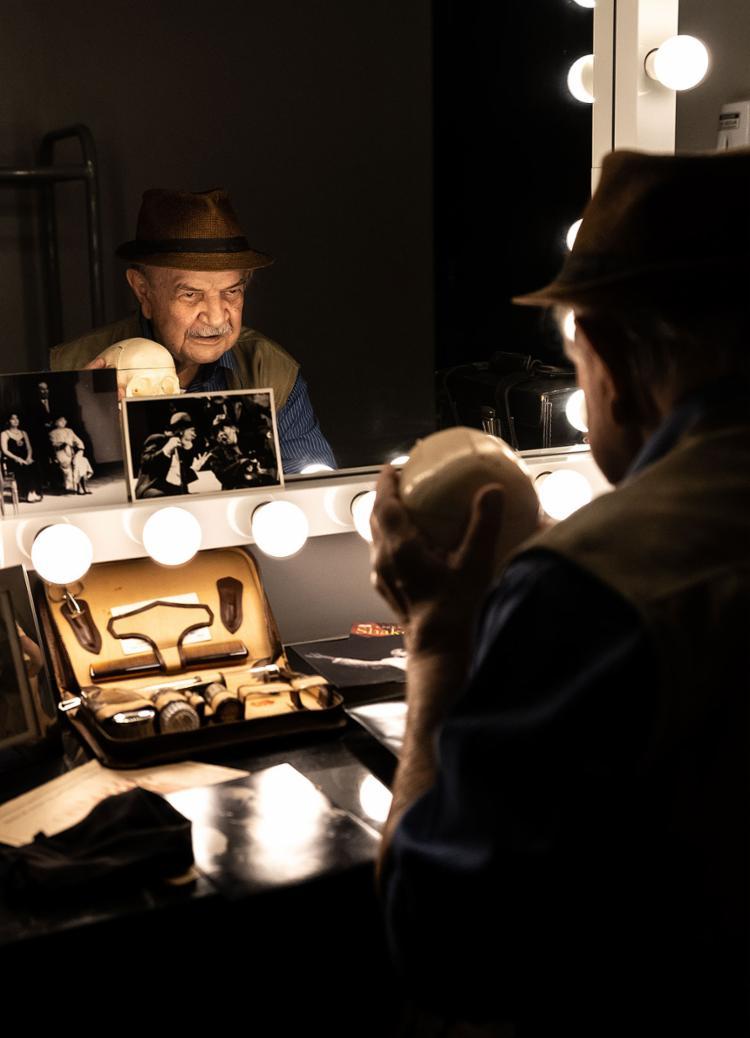 O ator Harildo Déda em cena do solo que reflete sobre memória e identidade   Foto: Luciano Carcará   Divulgação - Foto: Luciano Carcará   Divulgação