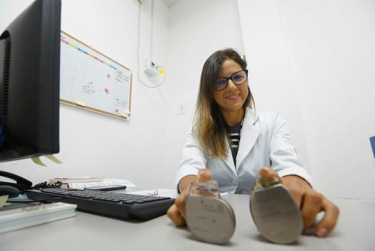Pollianna Roriz conta que já foram implantados 8 marca-passos fisiológicos no Ana Nery | Foto: Rafael Martins | Ag. A TARDE - Foto: Rafael Martins | Ag. A TARDE