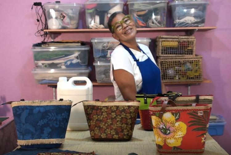 Uma das aulas é de artesanato, com a artesã Maria das Candeias   Foto: Divulgação - Foto: Divulgação