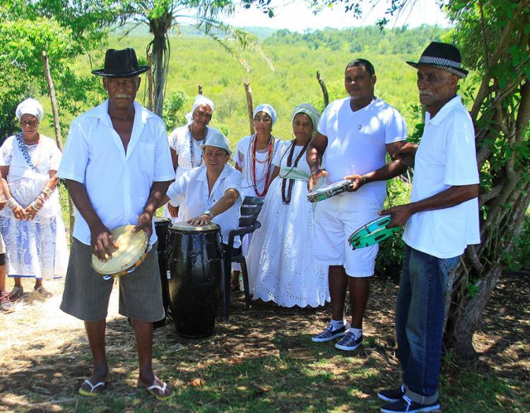 Grupo reunido para tocar e gritar o samba chula, na comunidade de São Braz, no município de Santo Amaro (BA)   Foto: Fidelis Melo / Divulgação - Foto: Fidelis Melo   Divulgação
