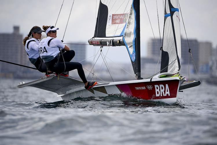 Na categoria feminina, a dupla brasileira formada por Martine Grael e Kahena Kunze, ouro na Rio 2016, está na briga por um lugar no pódio   Foto: Olivier Morin   AFP - Foto: Olivier Morin   AFP