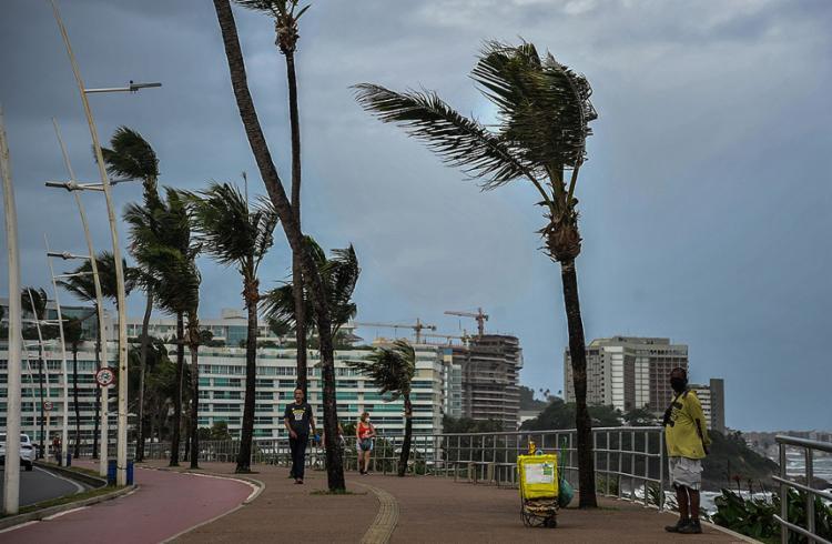 Meteorologia prevê que tempo nublado e pancadas de chuvas isoladas vão prevalecer até sexta-feira na capital | Foto: Felipe Iruatã | Ag. A TARDE - Foto: Felipe Iruatã | Ag. A TARDE