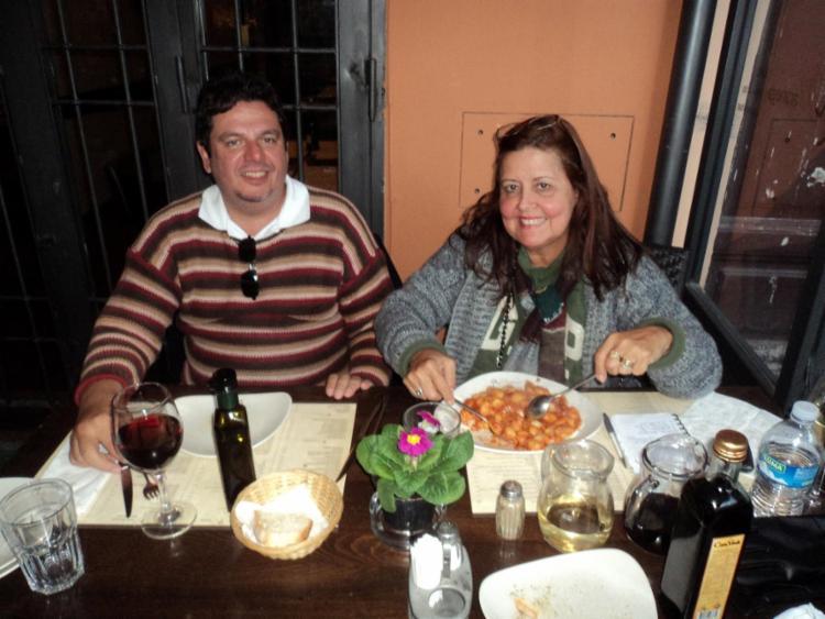 Diogo e Nádya degustando o gnocchi em Roma