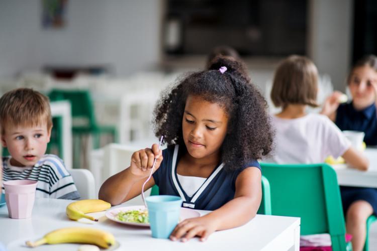 Uma dieta rica em alimentos saudáveis faz com que a obesidade infantil e doenças associadas sejam evitados. - Foto: Divulgação